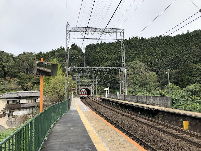 山間部を走る近鉄電車(室生口大野駅)
