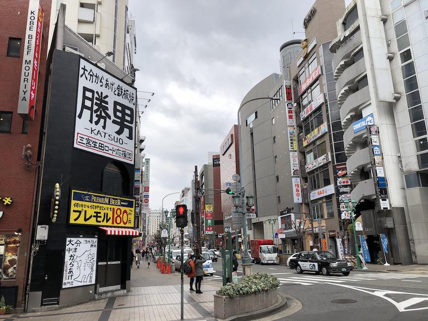 西改札口W1出口を出ると旧東急ハンズの交差点前。神戸サウナ&スパまで徒歩1分。