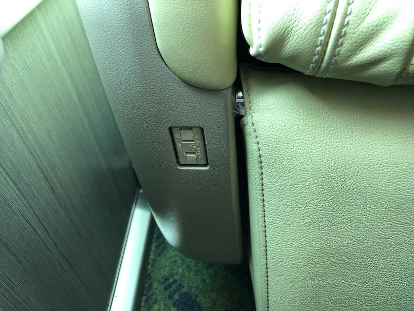 「しまかぜ」プレミアムシートの肘掛け部分にあるコンセント