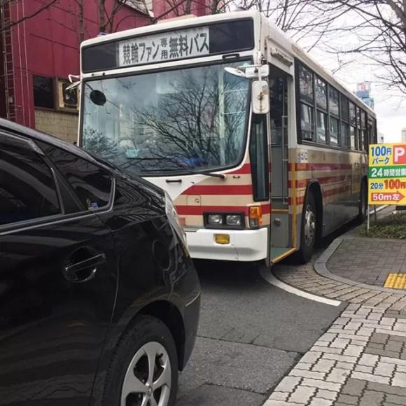 さっき本町交差点でバスに当てられました️
