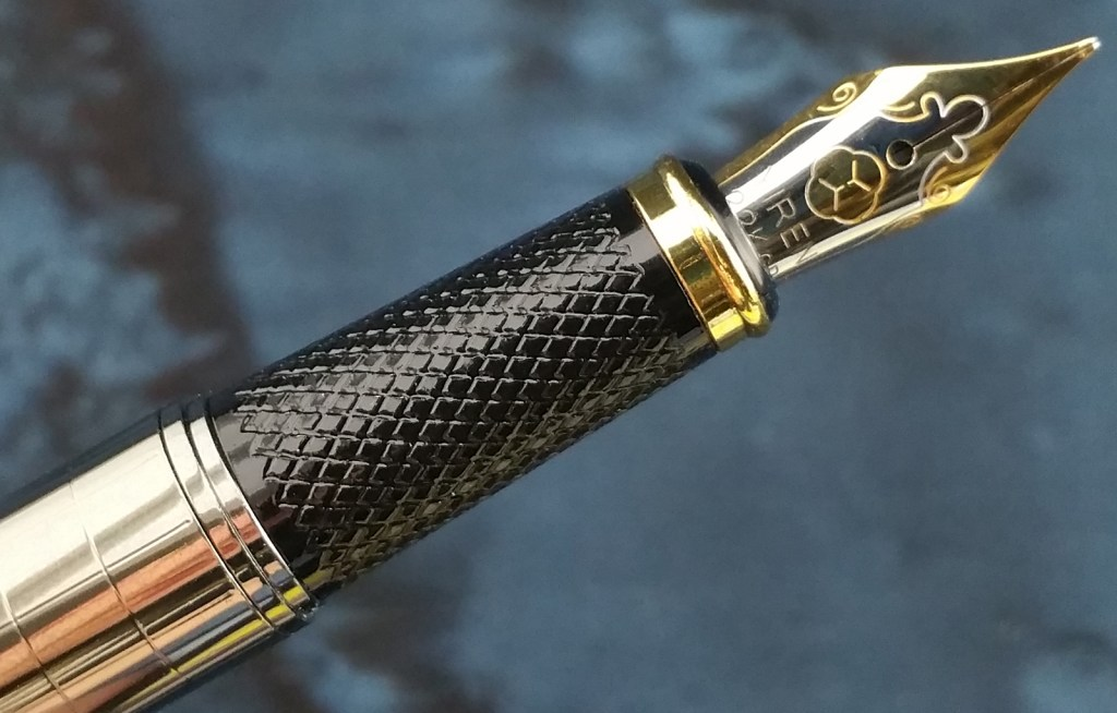Image of the Yiren 856 Fountain Pen knurled plastic section and #5 two-tone nib