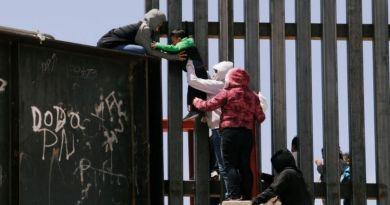 Biden signe des décrets pour réunir les familles de migrants séparées