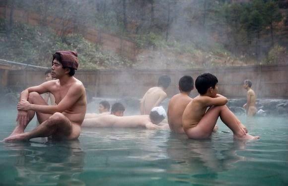Vì sao người Nhật đội chiếc khăn nhỏ mỗi khi tắm khỏa thân suối nước nóng - Ảnh 2.