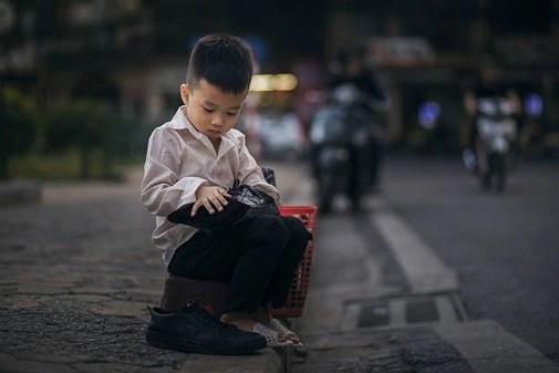 Bức ảnh em bé đánh giày và ước mơ có đồ chơi khiến dân mạng nhói lòng những ngày cận Tết - Ảnh 5.