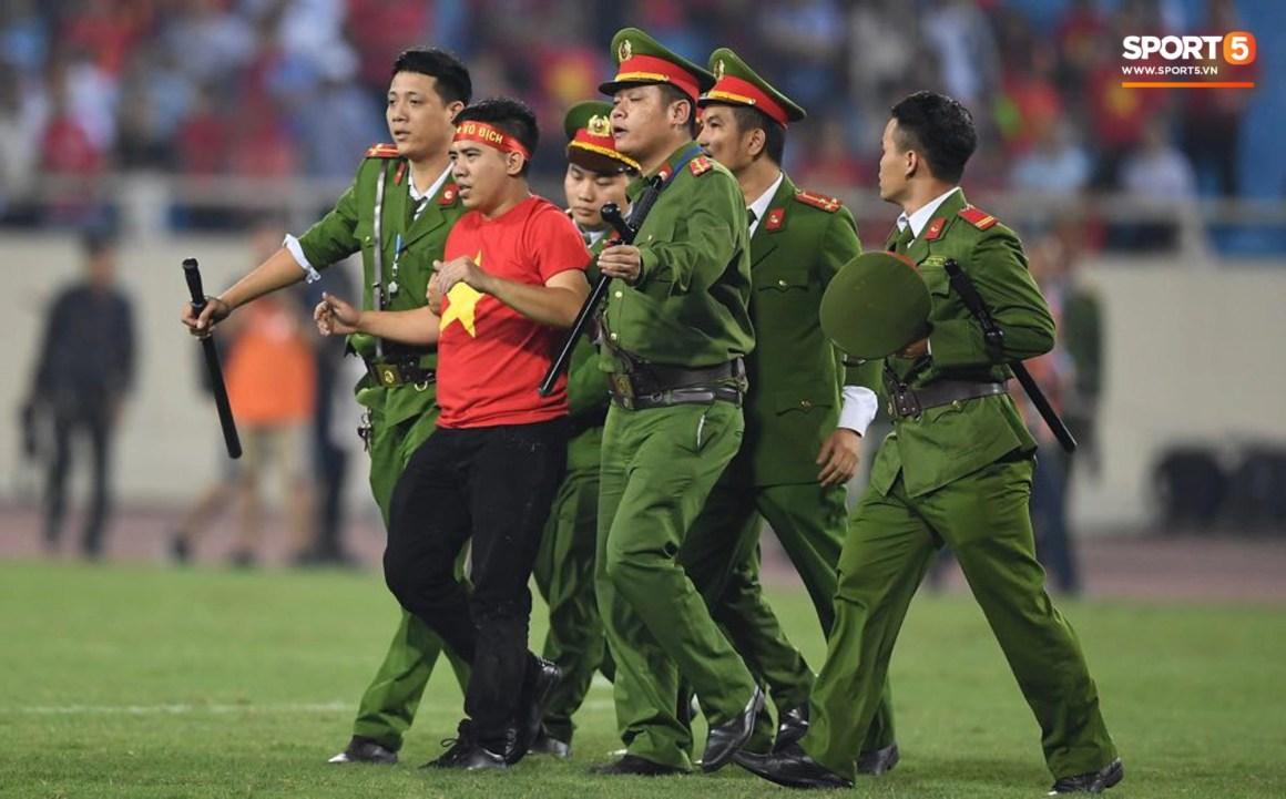 Đội trưởng tuyển Việt Nam hành động đẹp với fan quá khích khiến cả sân vỗ tay tán thưởng - Ảnh 8.