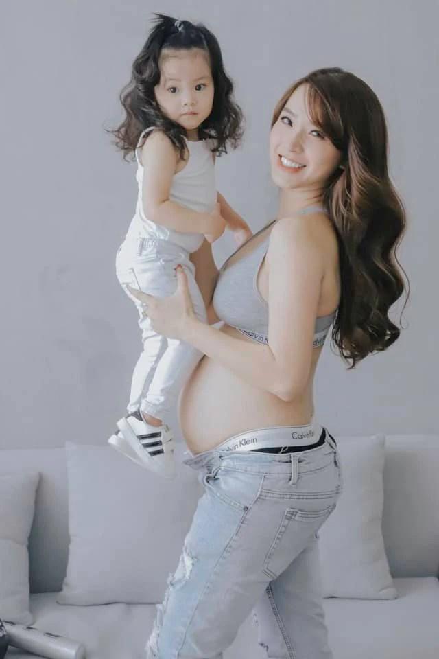 Hải Băng thích thú khoe ảnh thuở nhỏ, chứng minh con gái giống mình như đúc - Ảnh 4.