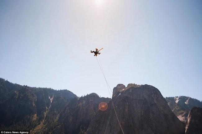 Ngủ trong lều cheo leo nơi vách núi cao hơn 1000m - thú vui mới của những tay leo núi mạo hiểm - Ảnh 8.