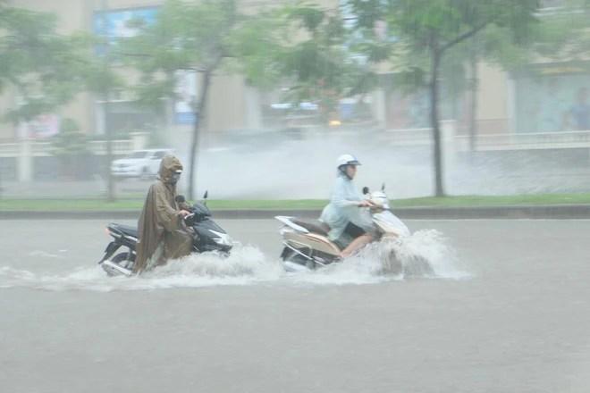 Ảnh hưởng của bão số 2: Hà Nội mưa lớn kéo dài, nhiều tuyến phố chìm trong biển nước - Ảnh 4.