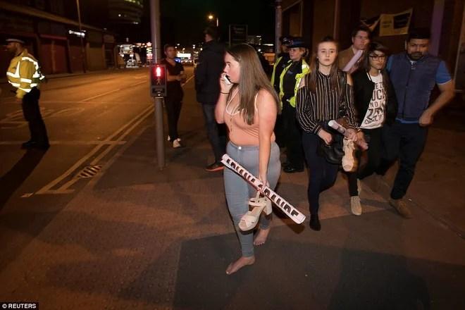Khung cảnh hỗn loạn sau vụ nổ bom trong show nhạc Ariana Grande khiến ít nhất 70 người thương vong - Ảnh 23.