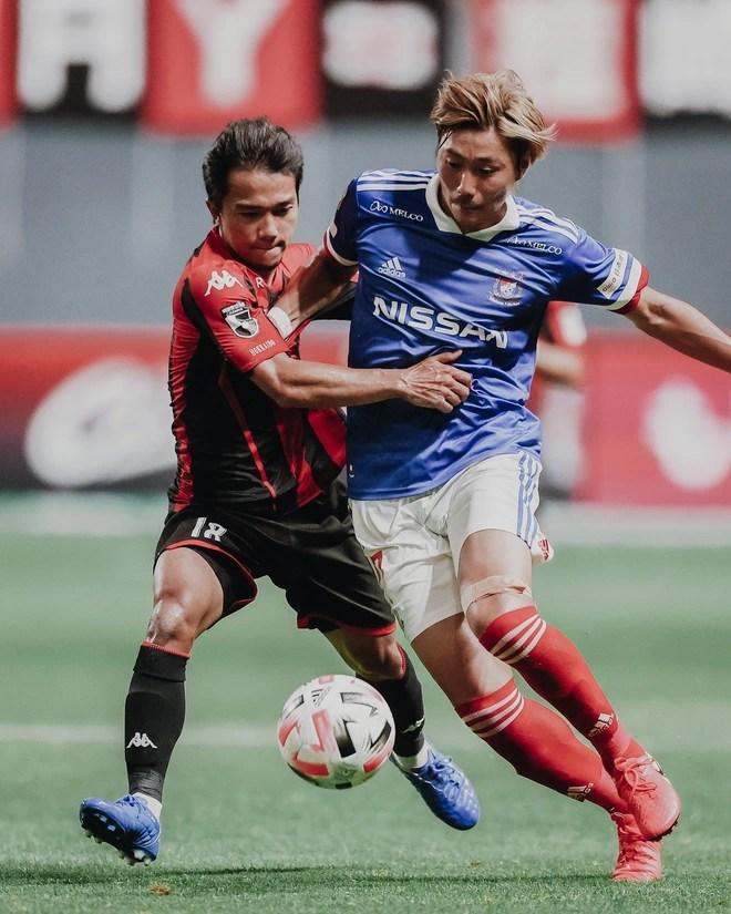 """""""Messi Thái"""" khuấy đảo giải đấu số 1 Nhật Bản: Nét tương phản với hình ảnh """"du học"""" của cầu thủ Việt - Ảnh 1."""