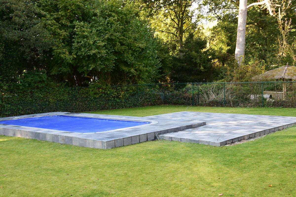 Natuursteen tegels rond zwembad en terras te brecht kenis david