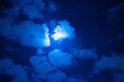 雲どけて月をさがすや肩ぐるま