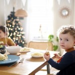 ご飯を食べる子ども