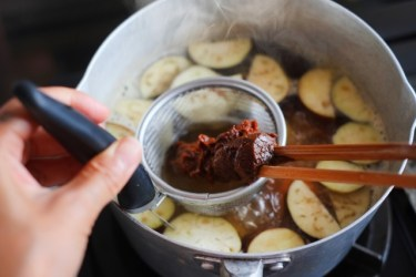 手軽でおいしい味噌汁の作り方!なすの定番・斬新レシピ