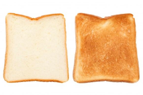 電子レンジで食パンをトーストすると、なぜ時間がかかるの?