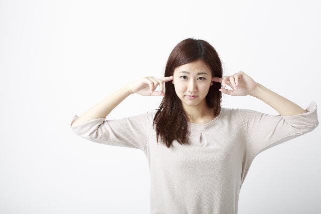 耳の違和感が取れない時の響くような症状の原因とは?