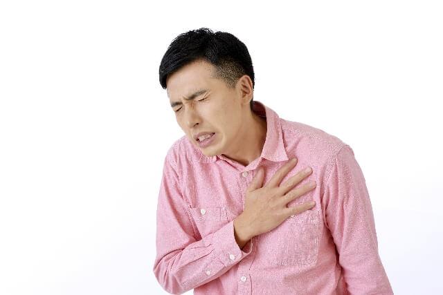 心臓が痛い症状とつるような痛みから考えられる原因とは?