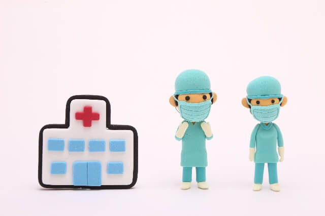 背中の激痛はすぐに病院へ!受診するのは何科?