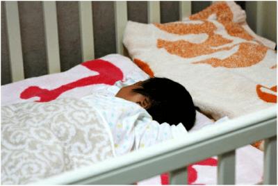 赤ちゃんの頭と布団