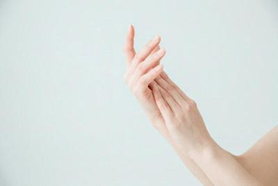 ハンドクリームを手に塗る