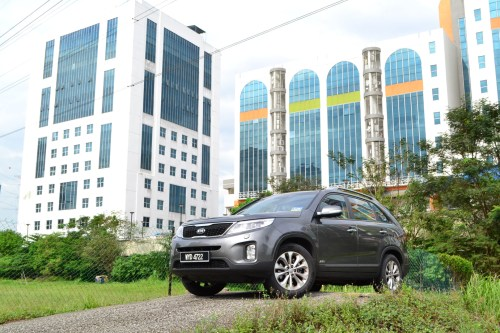 small resolution of without looking at the badge you might not be able to tell it s a sorento compared to the second generation picture above the third gen sorento has a
