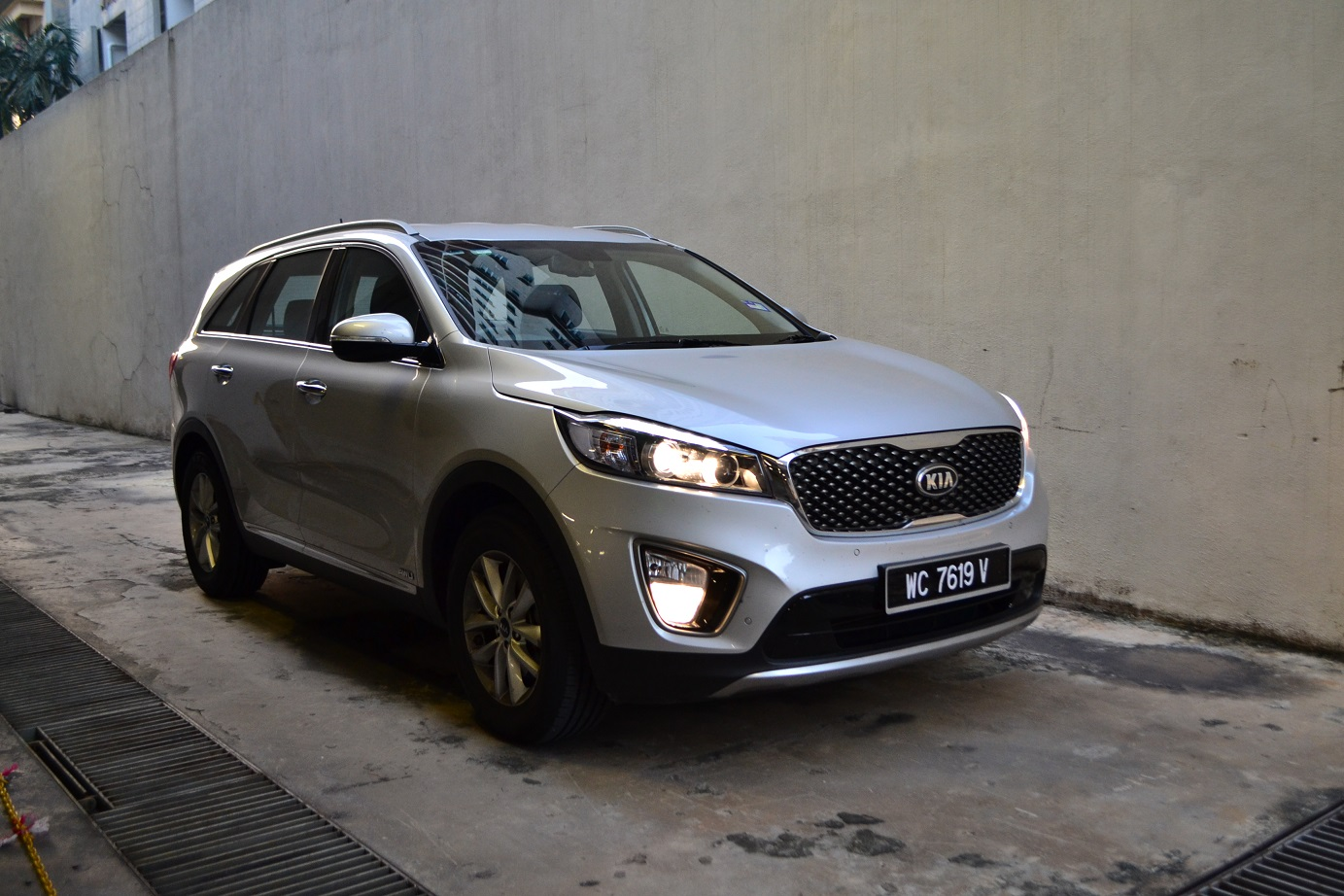 hight resolution of without looking at the badge you might not be able to tell it s a sorento compared to the second generation picture above the third gen sorento has a