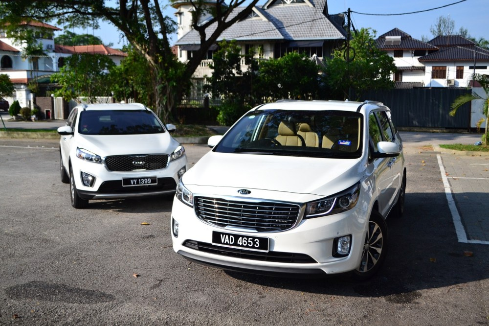 medium resolution of from a design perspective both the sorento and carnival look good with a large grille in the center flanked by sweeping headlamps that s accentuated by a