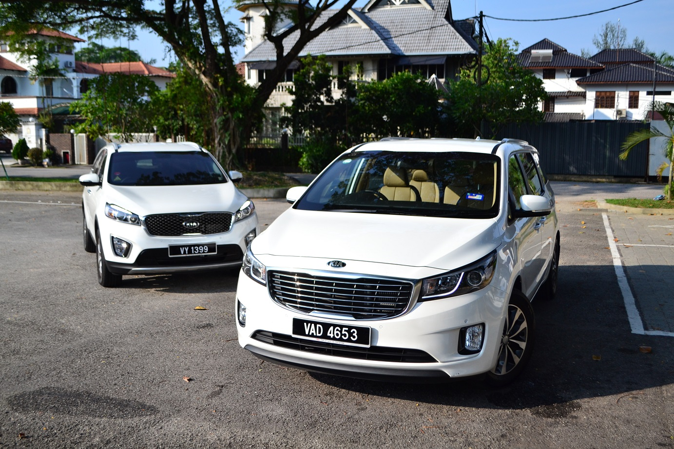 hight resolution of from a design perspective both the sorento and carnival look good with a large grille in the center flanked by sweeping headlamps that s accentuated by a