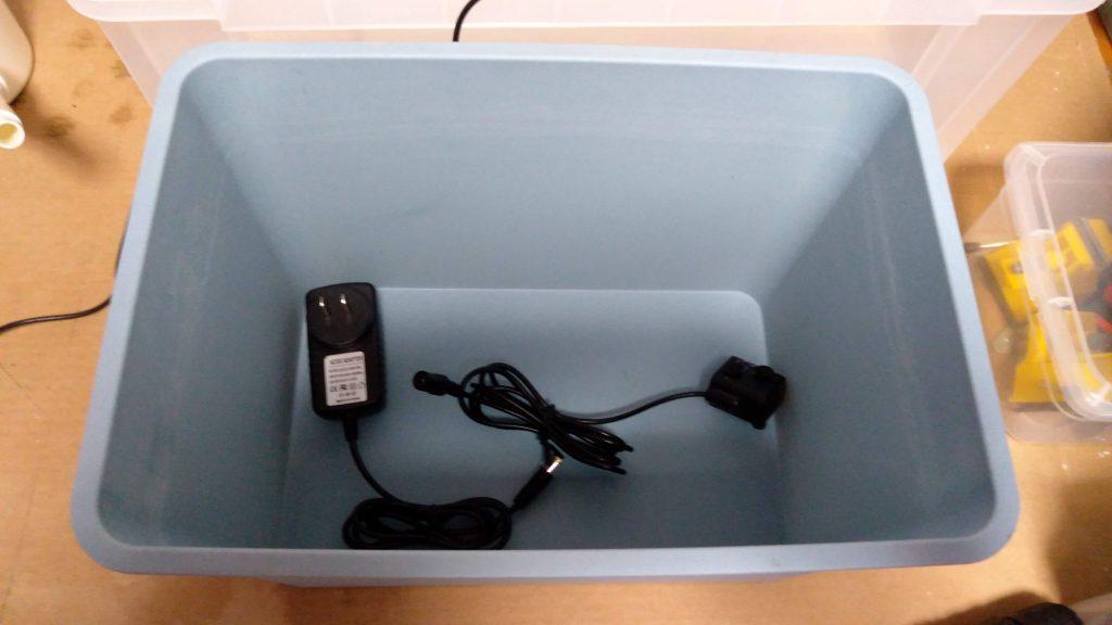 ボックスと水中ポンプ