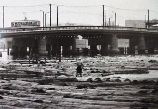 相生橋 Aioi Bridge lumberyard, 1965 (source: http://kccob.web.fc2.com/200911UchiyamaMonthly.htm)