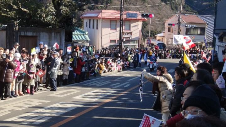 hakone-ekiden-day-2-downhill-stage-6-crowds