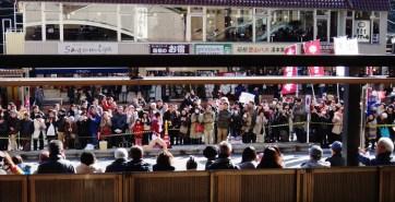 hakone-ekiden-watching-the-race-from-the-train-station-runner