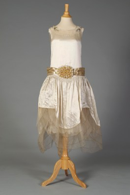 Fairy-like robe de style wedding dress, KSUM 1989.59.1.