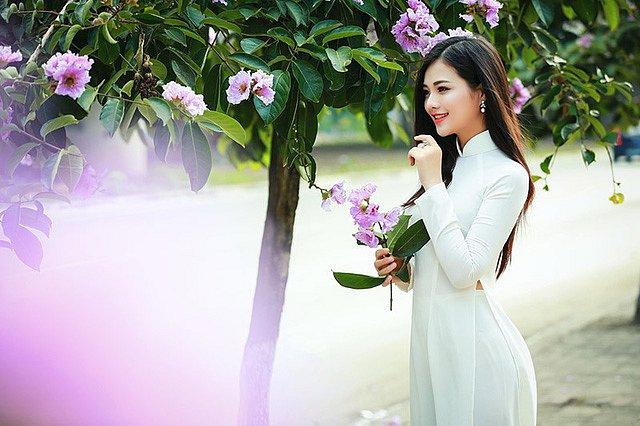 lac-buoc-vi-mai-ngam-le-song-ngan-dep-tinh-khoi-voi-ao-dai-trang (1)