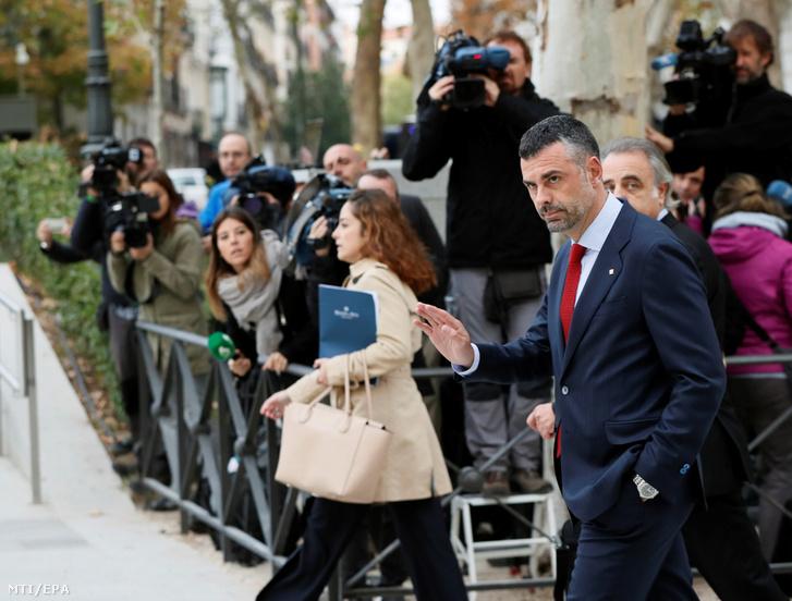 Santi Villa leváltott katalán tartományi gazdasági miniszter (j) érkezik a madridi központi bíróságra 2017. november 2-án