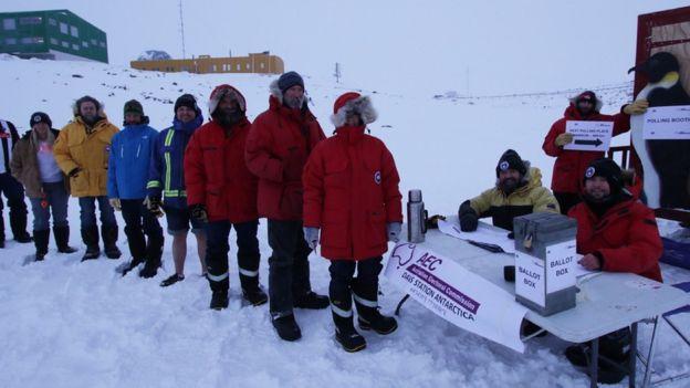Sorban állnak szavazni az ausztrál sarkkutatók az Antarktiszon