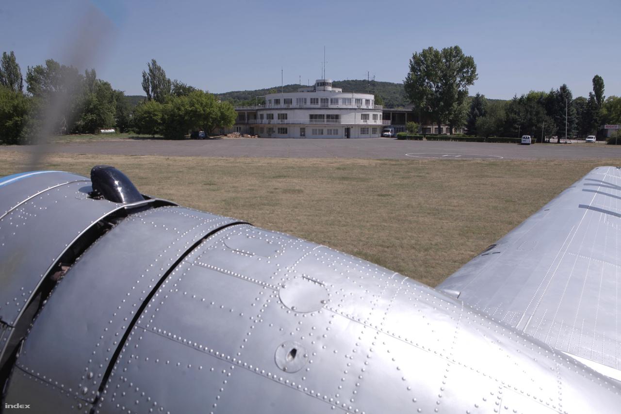 A reptér főépülete a Li-2 ablakából nézve.