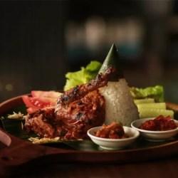 Menikmati makan dan nongkrong di Street Grill and Friends, Hotel Grand Tjokro Premiere Bandung