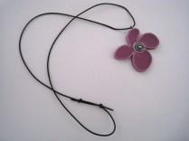 Målfrid Keramikk Lilla Blomstersmykke med reima 2