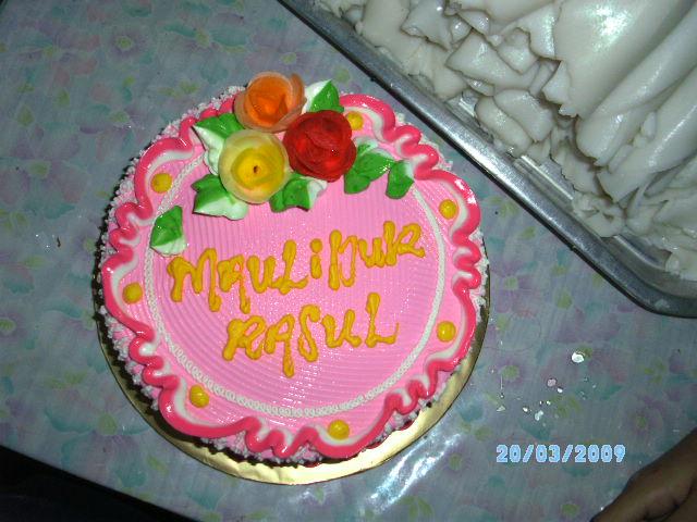 Rindu pada Aesya yang sudah 2 malam tidur di rumah Tok Ma, saya beli kek pink sebagai hadiah.