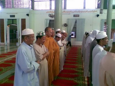 YB Nga Kor Ming baca ayat Quran kena repot polis.  Tok Sami solat pakai oren begini, ada sesiapa mahu repot?