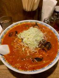 歌舞伎町の老舗のラーメン店の【利しり】で激辛のオロチョンラーメンを週に1回は深夜に食べています。だから痩せないのかな?