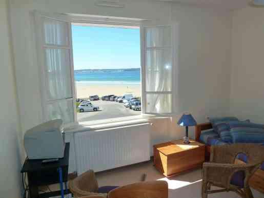 Appartement-2- Salon avec fenêtre donnat sur la plage - Location en bord de mer