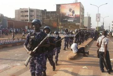 Polizisten heute auf den Straßen Kampalas. Quelle