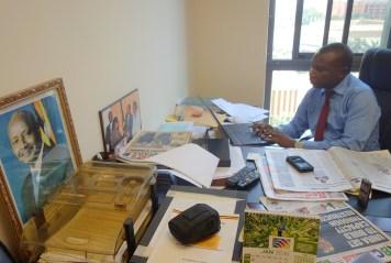 Moses Watasa, Kommissar für Information, bei der Arbeit