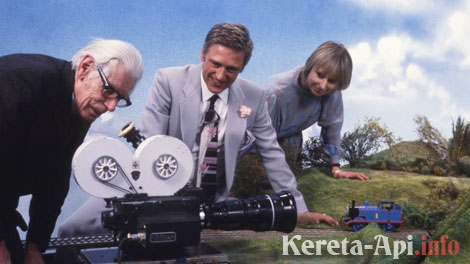 Reverend Wilbert Awdry mengamati proses pembuatan serial TV Thomas pada thaun 1981. Di sebelah kanannya adalah Britt Allcroft yang membuat tayangan.