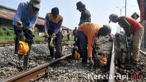 pembangunan-rel-kereta-api