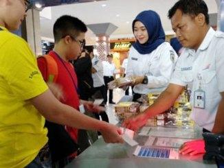 PT KAI membagikan snack kepada pelanggan kereta api di Stadiun Tugu Yogyakarta - jogja.tribunnews.com