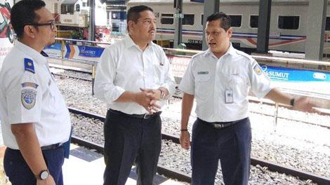 Anggota DPD RI Parlindungan Purba bersama Manager Humas Divre I SU M Ilud Siregar saat meninjau di stasiun besar Kereta Api Medan - medan.tribunnews.com
