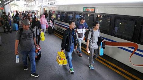 Penumpang Kereta Api di Stasiun Gubeng Surabaya - radarsurabaya.jawapos.com